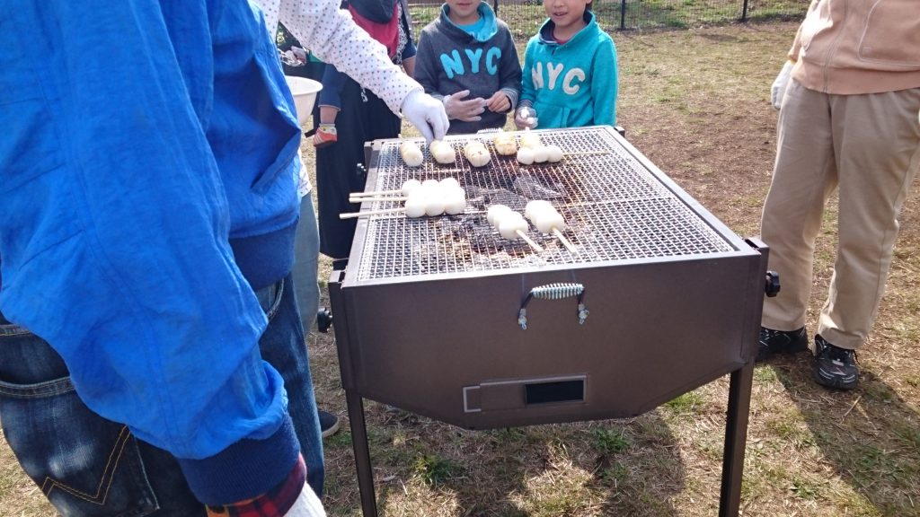 2017年5月号町内会だより 大島桜、花をめぐって焼き団子 団子焼いてます
